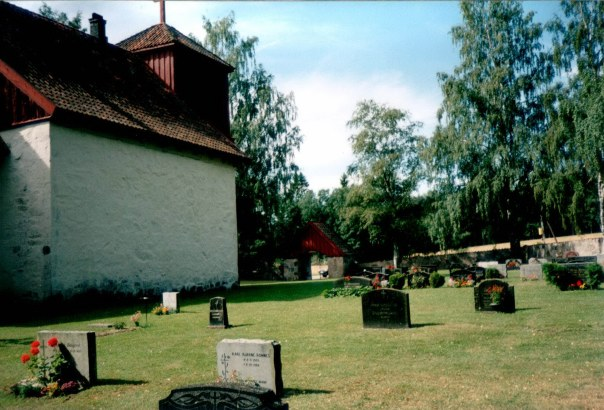 Romnes Kirke - deler av kirkegården på nordsiden